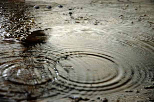 raindrops-in-puddle-1171471-639x424